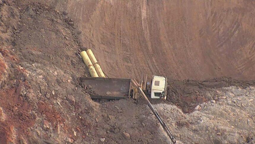 Imagem do Globocop mostra o deslizamento de talude que deixou 3 veículos soterrados em mina de Sarzedo. Fonte: Globocop